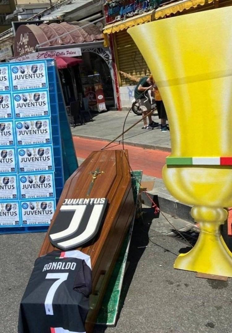 (عکس) حمل تابوت رونالدو در شهر ناپل!